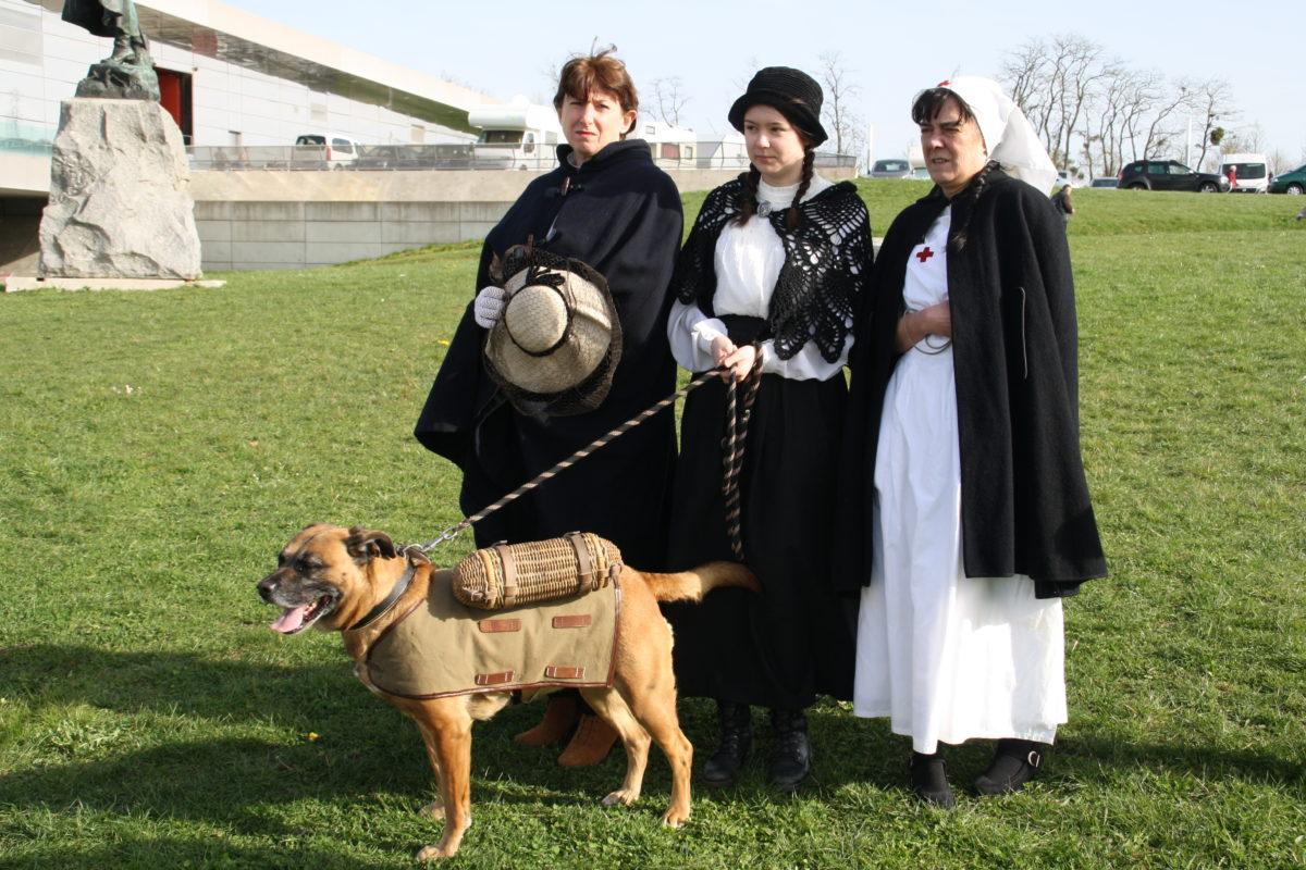 trois femmes en costume traditionnel à Meaux