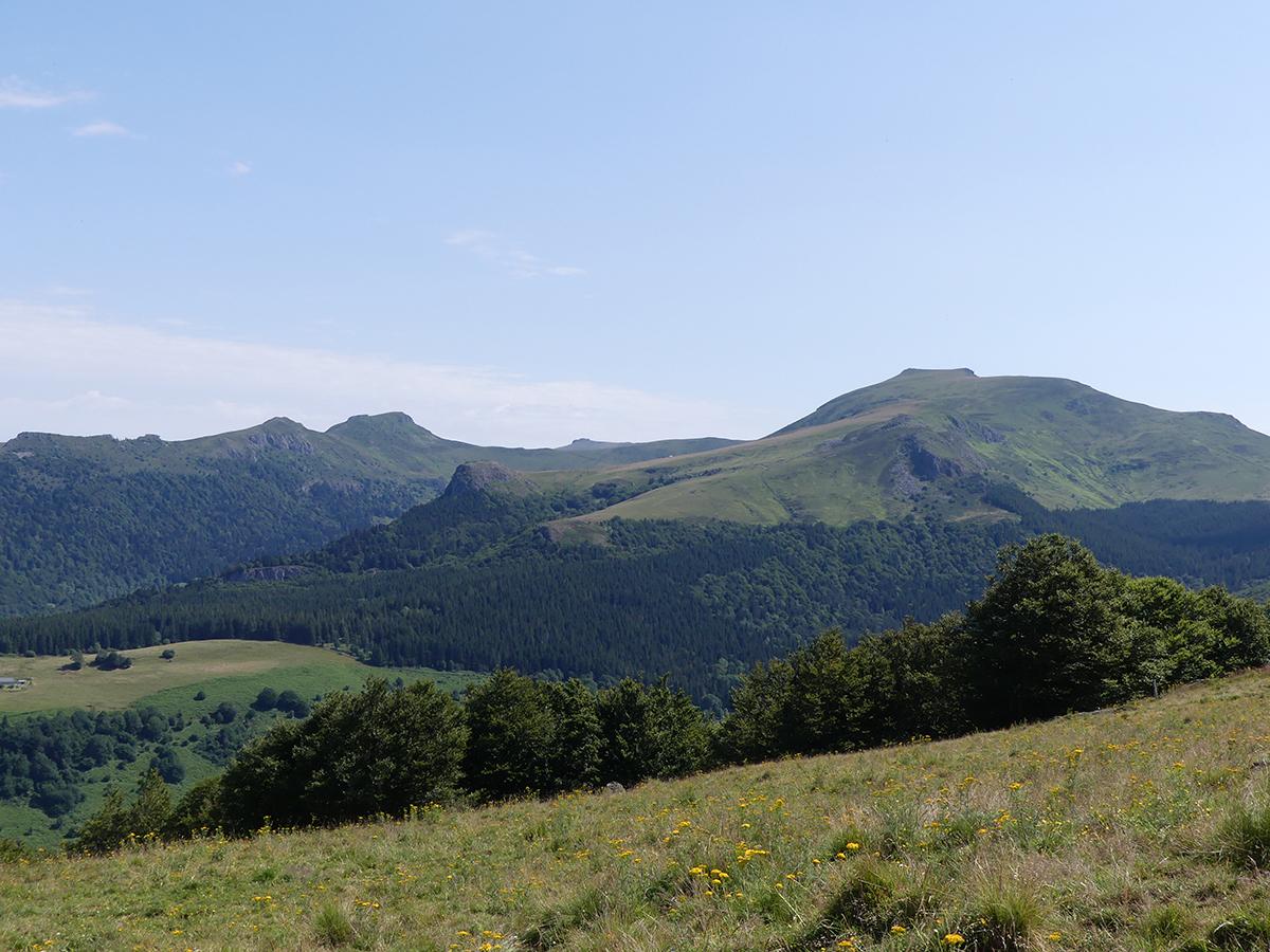 Vue sur les Monts du Cantal depuis le GR400