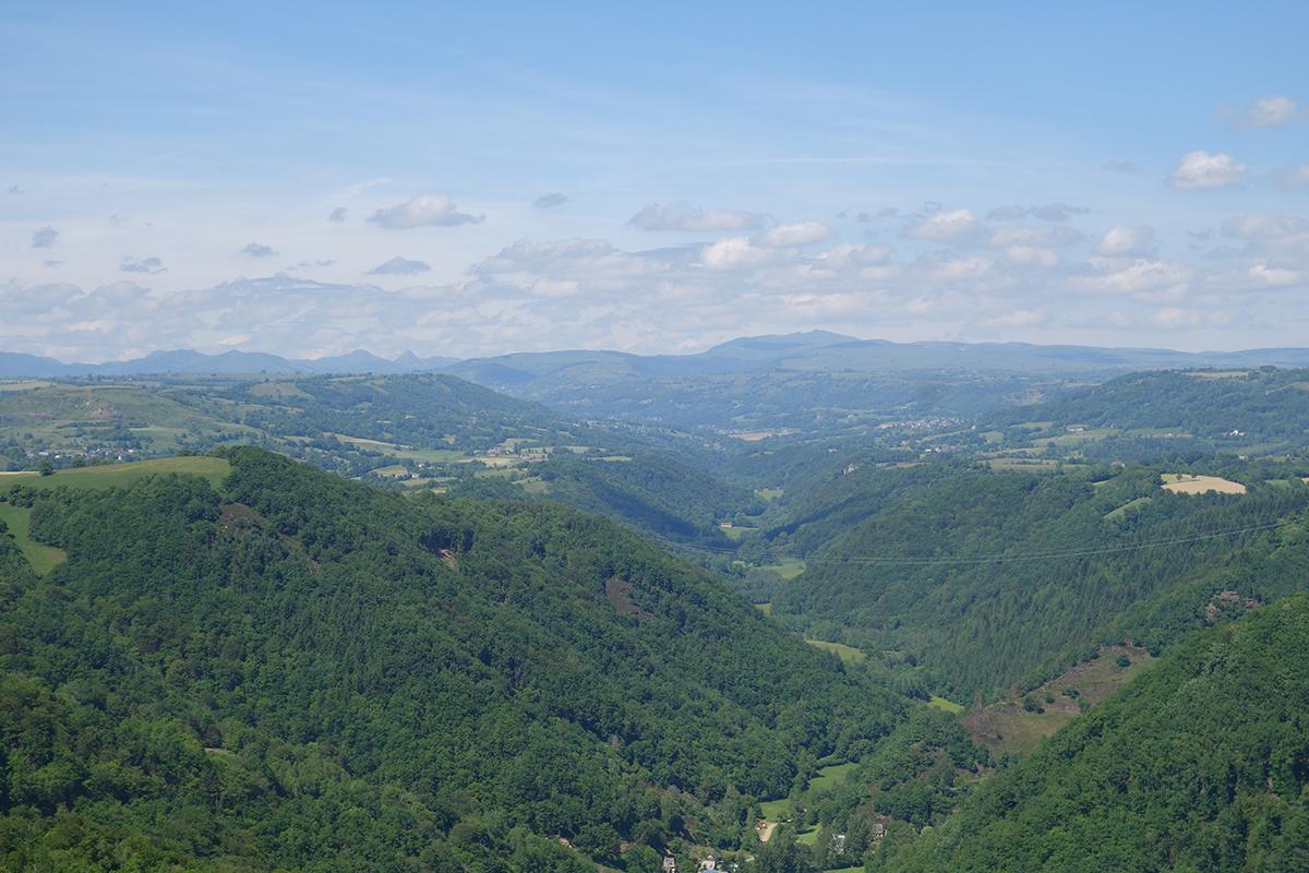 Vue sur les Monts du Cantal depuis le Rocher de Ronesque