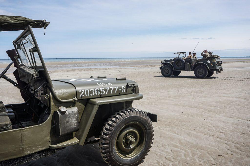 voiture militaire sur plage de normandie