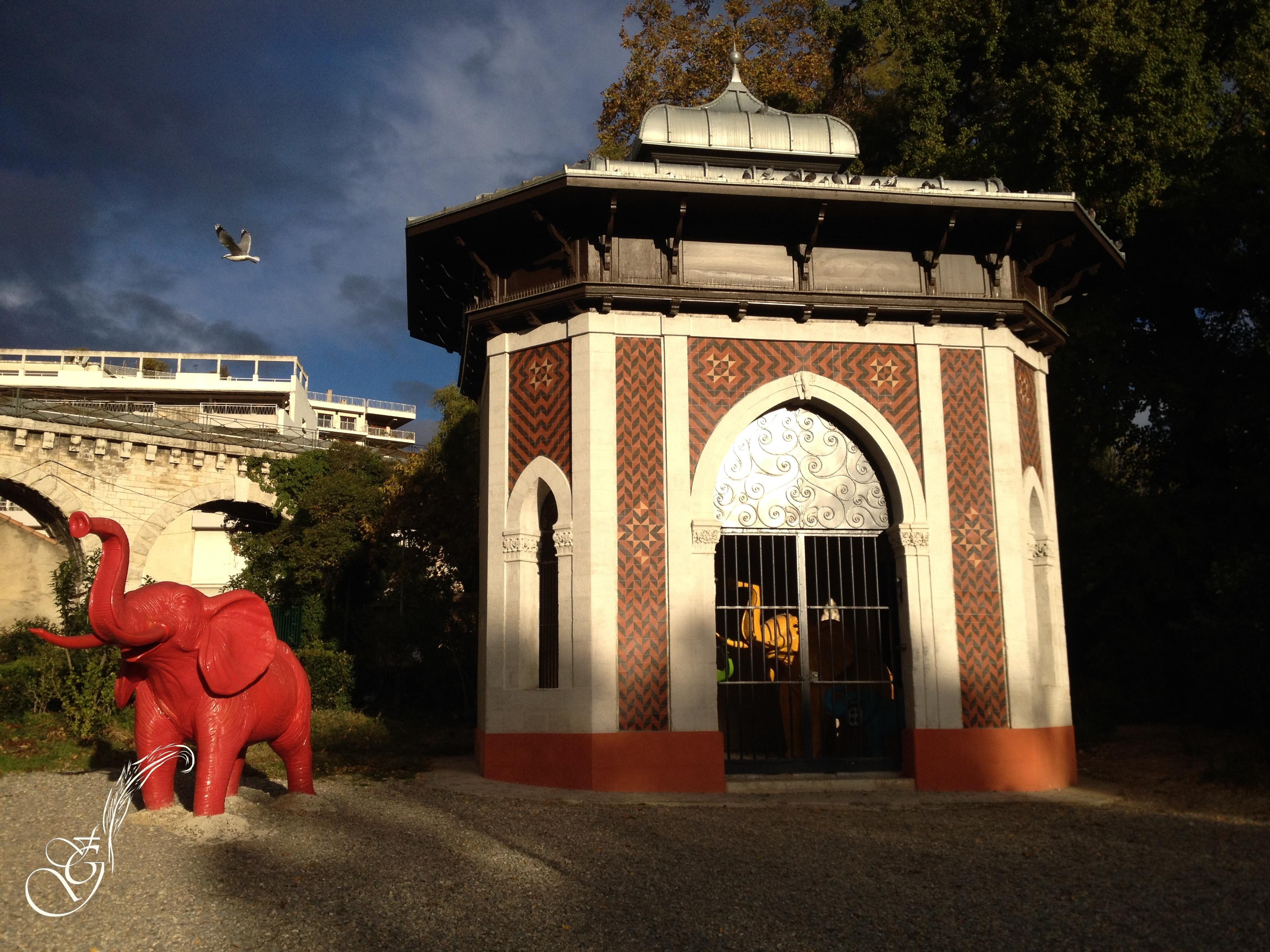 éléphant rouge à Marseille